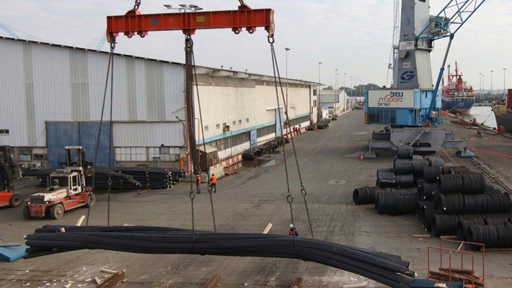 פריקת פלדה בנמל