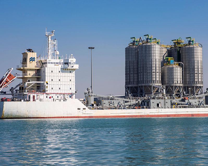אוניה של סימנט בנמל